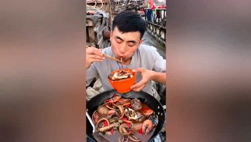 海边渔民开饭了,海鲜整一锅拿来拌饭,羡慕啥啊?海边就是这条件