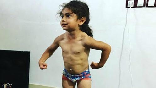 地表最强!肌肉小孩1岁做俯卧撑3岁徒手上墙