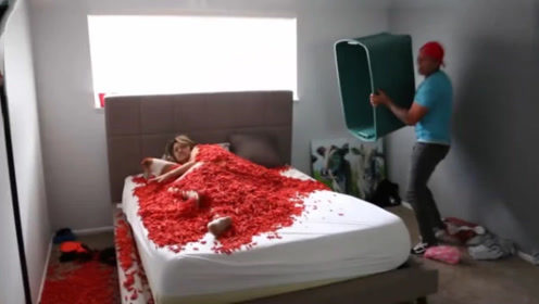 小哥整蛊女友,趁其熟睡倒下整框辣薯条,女友反应让其后悔莫及!