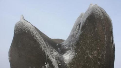 """广东发现一被雷劈开的奇石 顶着千斤重的""""脚趾石"""""""