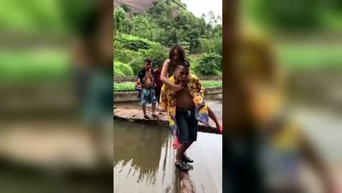 老公背着老婆过独木桥,幸福的样子瞬间就尴尬了!