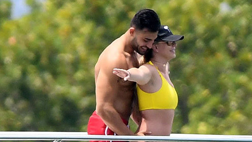 布兰妮和男友在迈阿密度假,两人的造型和男友的绅士手亮了