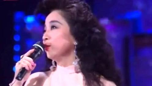 唯一与邓丽君齐名的歌手,为了中国国籍放弃婚姻,如今70岁单身