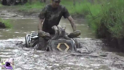 想看沙滩摩托车在泥泞水沟里比赛的速来围观