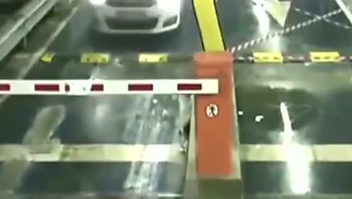 女子错把汽车当冲锋舰,一脚油门踩下去,悲剧发生了