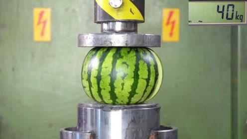 西瓜和哈密瓜谁更硬?老外用液压机测试,结果长见识了
