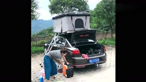 大姐开车自驾游途中休息,自带发电机给手机充电,大姐真是厉害!
