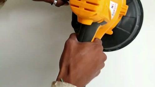外国小哥发明壁挂墙壁磨光机,大大提高了装修工人的工作效率