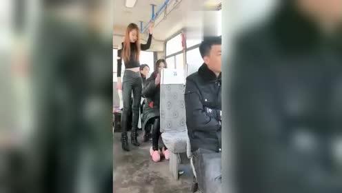 公交车上偶遇小偷,接下来美女的这个举动令人钦佩!