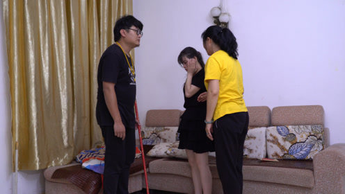 女儿逼生病的母亲做家务,怎料被哥哥撞见了,哥哥的做法大快人心