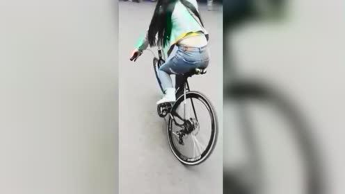 妹子骑的这辆自行车,你发现了什么不一样的地方吗?