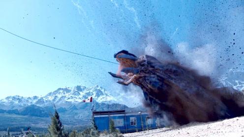 怪物刚吞下诱饵,飞机立马将绳子拉紧,硬生生把怪物从地下拉出!