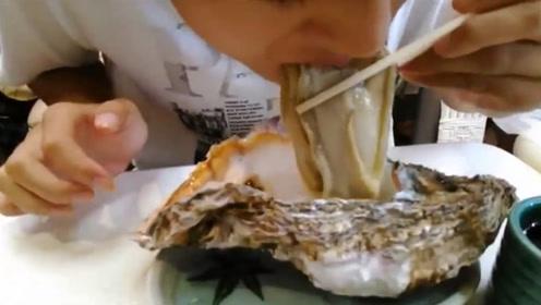 肥美的大生蚝,打开就直接吃了,鲜美,看得我直咽口水