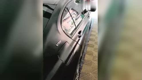 """为什么要说""""开奔驰坐宝马""""?打开这台7系的车门眼见为实!"""