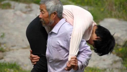 70岁老汉每天都背个女孩回家,村民偷跟调查,揭开背后真相!