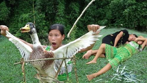 荒野求生:农村大姐意外抓到只大野鸭,肚子饿现场烤来吃了