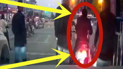 男子在机动车道上打电话,鸣笛都没有听到,下一秒现场真是太惨!