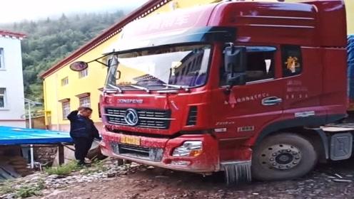 开大货车太考验车技了,这样的窄路掉头,20分钟了还没成功!