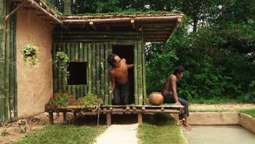 荒野求生:农村兄弟俩用竹子搭建出创意小别墅,这生活太会享受了