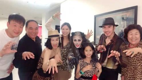 钟丽缇张伦硕带家人看音乐剧,小考拉与妈妈穿豹纹着装十分可爱