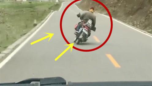 一位有强迫症的骑士,绝对不能压线,后车司机笑疯!