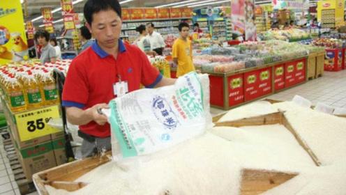 人为什么会喜欢把手插到超市的米箱里?