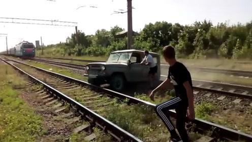 俄罗斯一男子驾车过铁轨时汽车被卡住,太惊险了