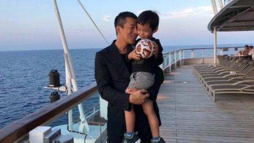 汪小菲首晒三岁儿子正面照,父子俩太像了,大S曾说儿子像吴彦祖