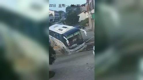 客巴司机突发心脏病 生命最后时刻放慢车速 救下一车人