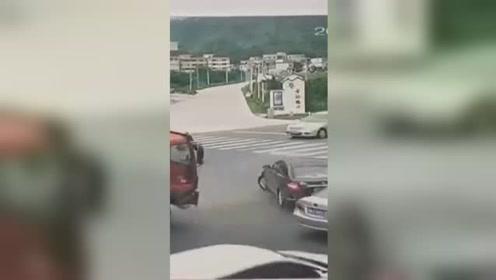 泥土车侧翻瞬间压扁小车 司机当场死亡