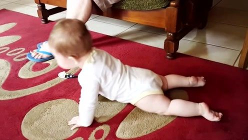 你还好意思不锻炼?宝宝还不会走,就已经会做俯卧撑了