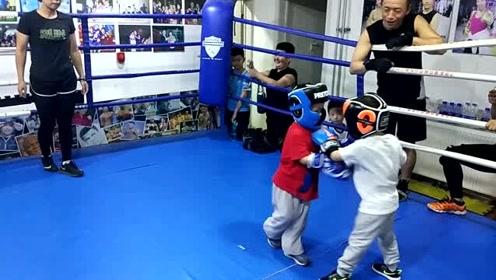 3岁半萌娃练拳击有板有眼,要保护爸爸妈妈