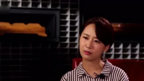 杨紫现身机场,手中一物惹人注意,网友:李现送你礼物了?