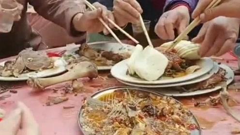 来农村吃大席,算是见识到了什么叫秒光,吓得都不敢动筷子!