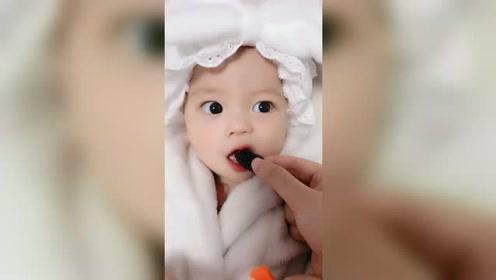 宝宝第一次吃桑椹,样子萌萌哒,好可爱呀!
