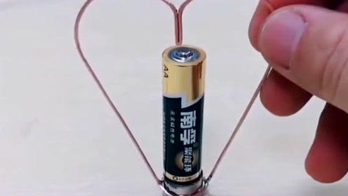 把电池套上铜丝,它竟然能自动转圈圈,这是什么原理?
