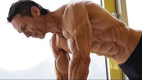"""人类的肌肉鼻祖,50岁大叔练成""""肌肉干尸人"""",体脂率低出天际"""