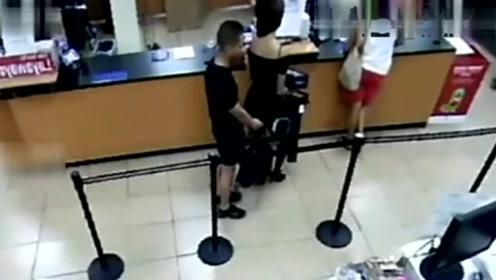 长裙女子排队,一男子紧跟其后,监控拍下愤怒全过程