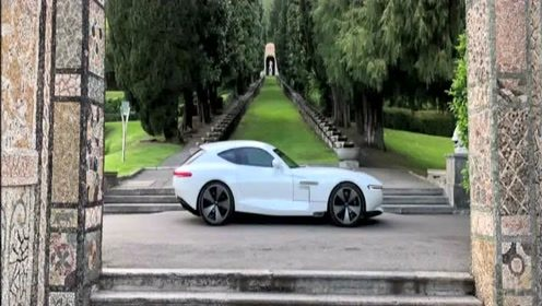 快看这款电动跑车,复古的外观,却拥有时尚科技的内饰