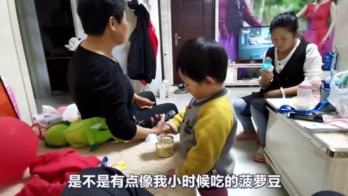 宝宝在吃好东西,爸爸让宝宝分给奶奶吃,看宝宝是怎么做的!