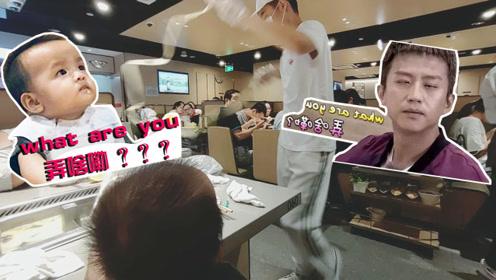 带8个月宝宝吃火锅,这位帅哥捞面姿态不可描述,小苏钰全程看呆