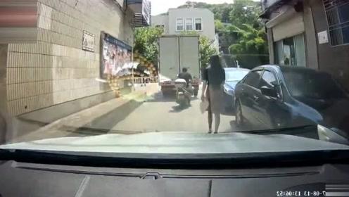 视频车司机一声不吭跟在妹子后面,也不按喇叭!
