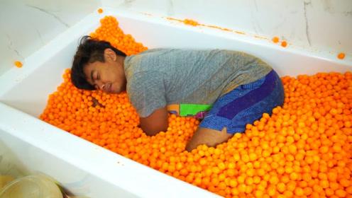 国外小哥脑洞大开,把奶酪球放进浴缸里躺着吃,网友:重口味