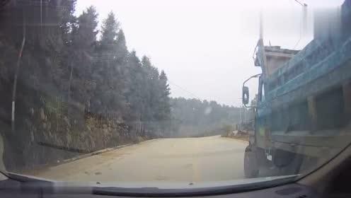 这车连尾灯也没有,当初就不该追那么近,这下倒霉了