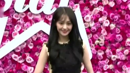 郑爽节目路透 系围裙为粉丝做饮料 同时穿搭也亮眼