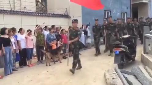 杭州临安受灾村民自发敬礼感谢 武警官兵的回应超燃