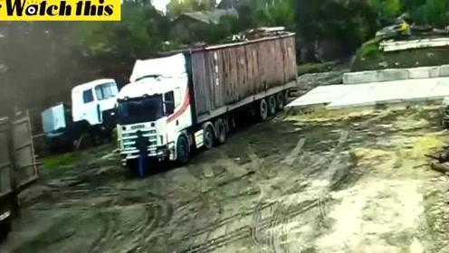 男子作死挂在卡车挡风玻璃下面 最后被两辆卡车夹头而死