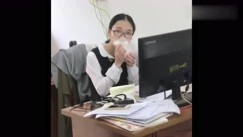 我女友很有胆,经常在办公室吃早餐,这次被抓现行了!