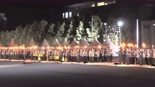 夜色下手持火把的德国军乐仪仗队,挺壮观!