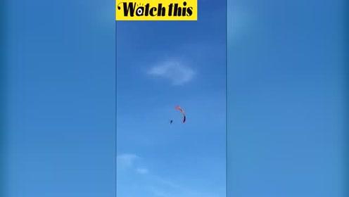 滑翔伞引擎突然故障 教练空中360度翻转坠入海中下落不明